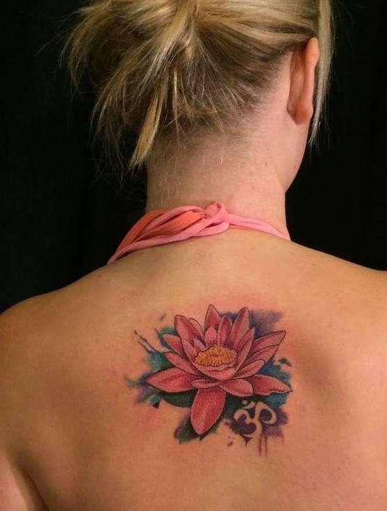 Tatuaje flor de loto en espalda