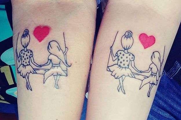 Tatuaje madre e hija en columpio