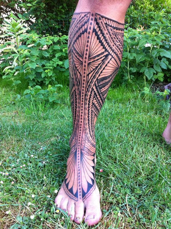 Tatuaje tribal en pierna
