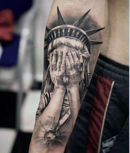 Tatuaje estatua de la libertad llora