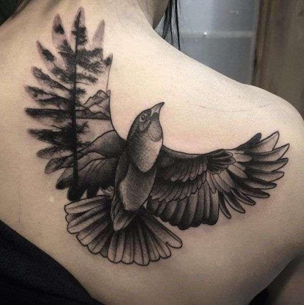 Tatuaje ave en blanco y negro