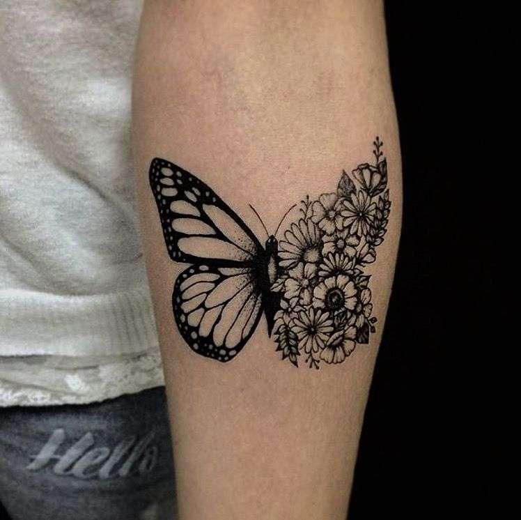 Tatuaje mariposa y flores blanco y negro