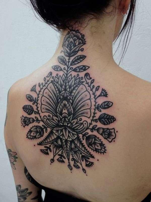 Tatuaje flores grandes en la espalda