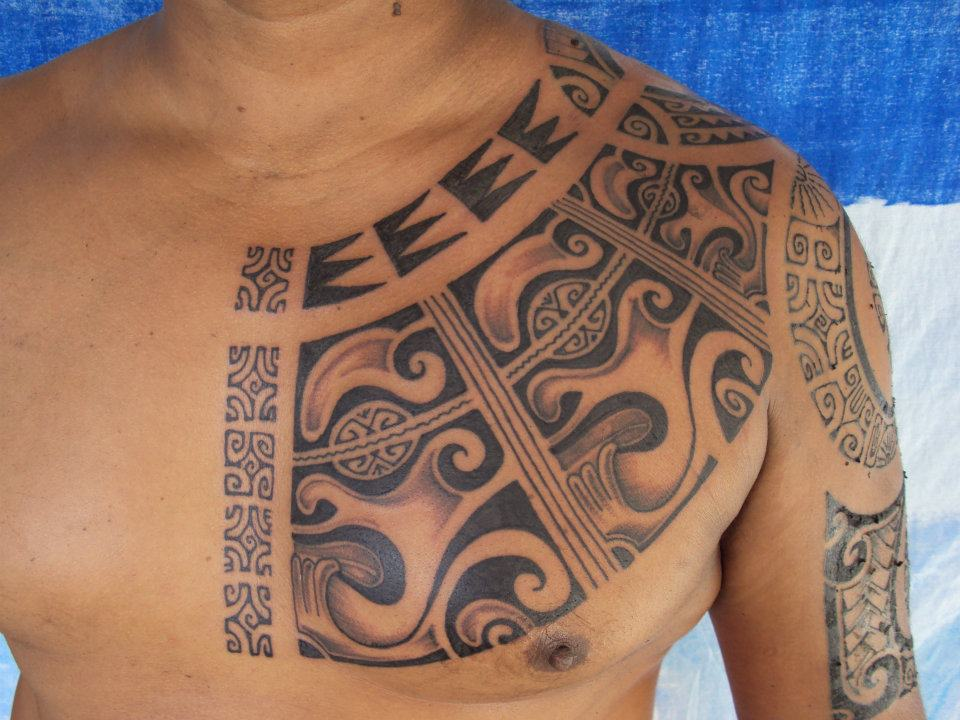 Tatuaje tribal grande con detalle en color