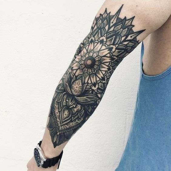 Tatuaje flor en antebrazo