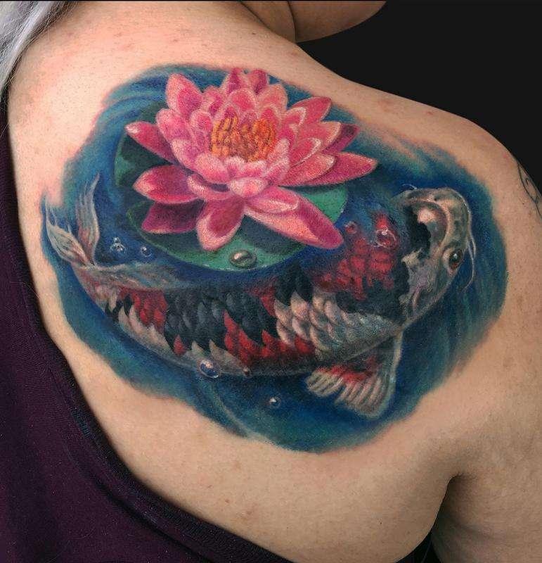 Tatuaje de pez koi y flor de loto