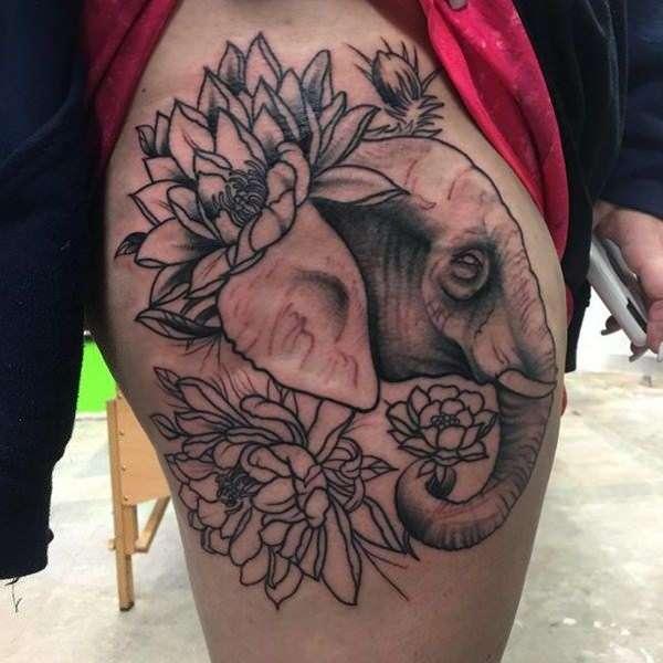 Tatuaje en el muslo - elefante y flores