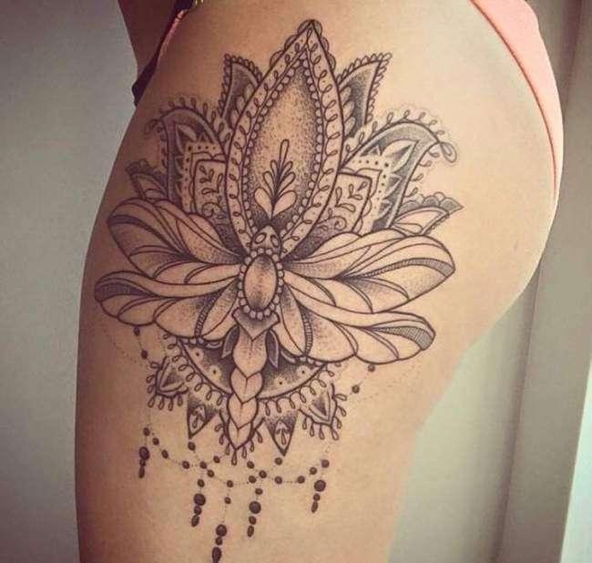 Tatuaje en el muslo - flor