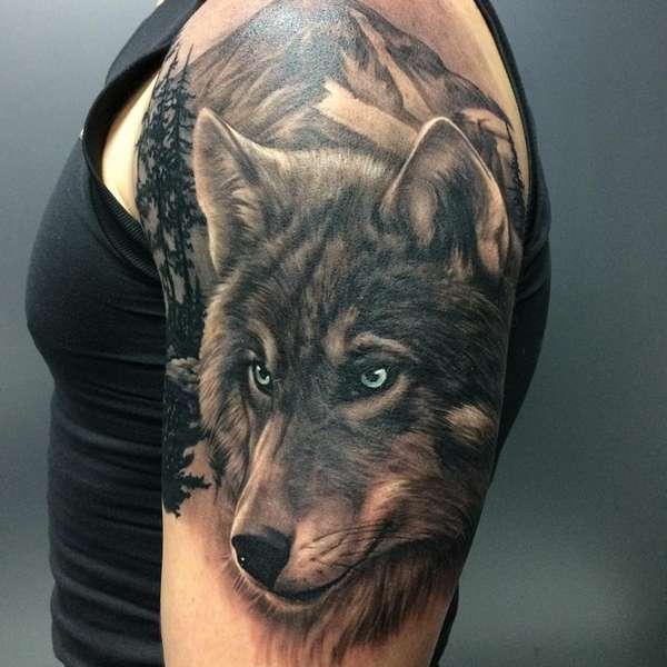 Tatuaje de lobo realista en hombro