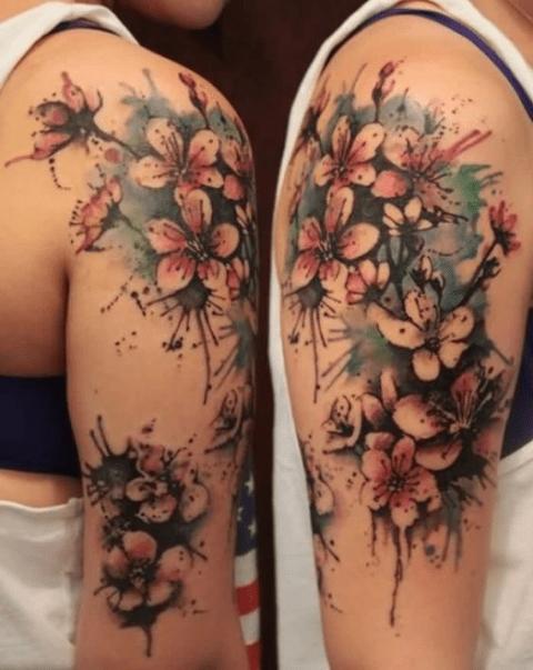 Tatuaje de flores de cerezo - ramillete en el brazo