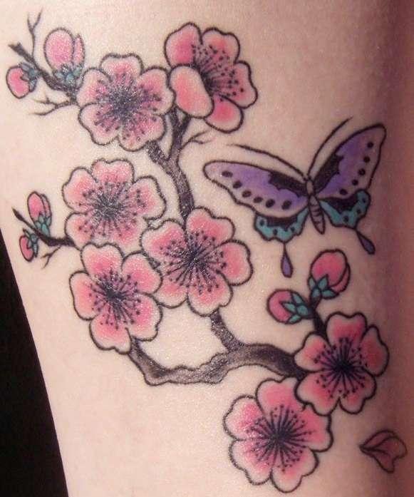 Tatuaje de flores de cerezo y mariposa