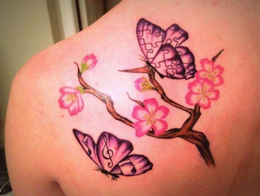 Tatuaje de flores de cerezo y dos mariposas