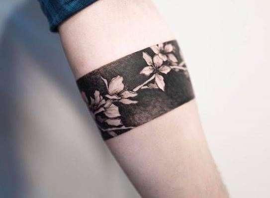 Tatuaje de flores de cerezo tipo brazalete