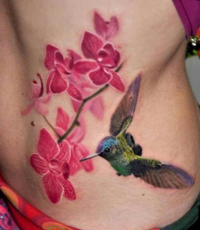 Tatuaje de colibrí y flores de cerezo