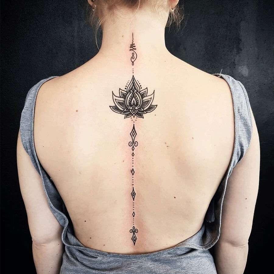 Tatuaje en la columna vertebral: flores y símbolos