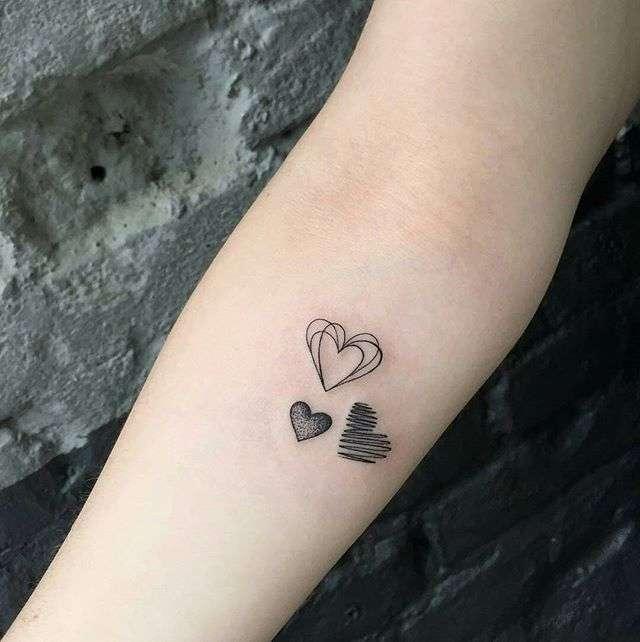 Tatuaje de corazones pequeños