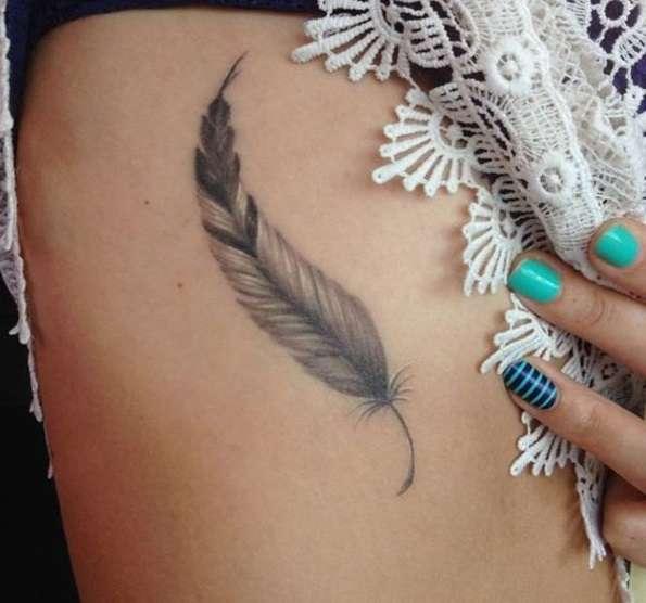 Tatuaje de pluma pequeña en lateral