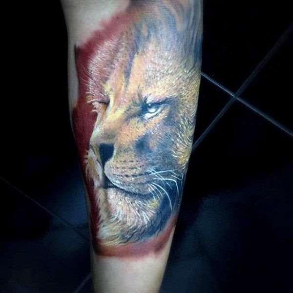 Tatuaje de león en colores