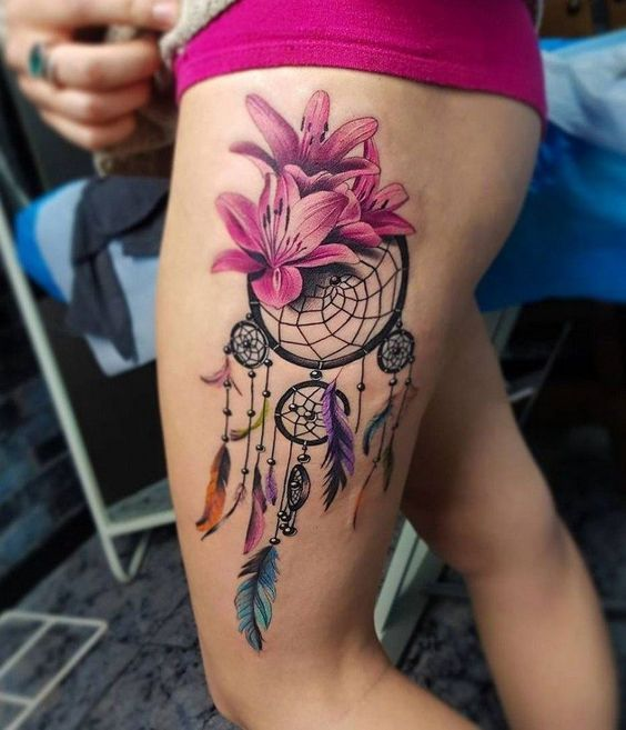 Tatuaje de atrapasueños en el muslo