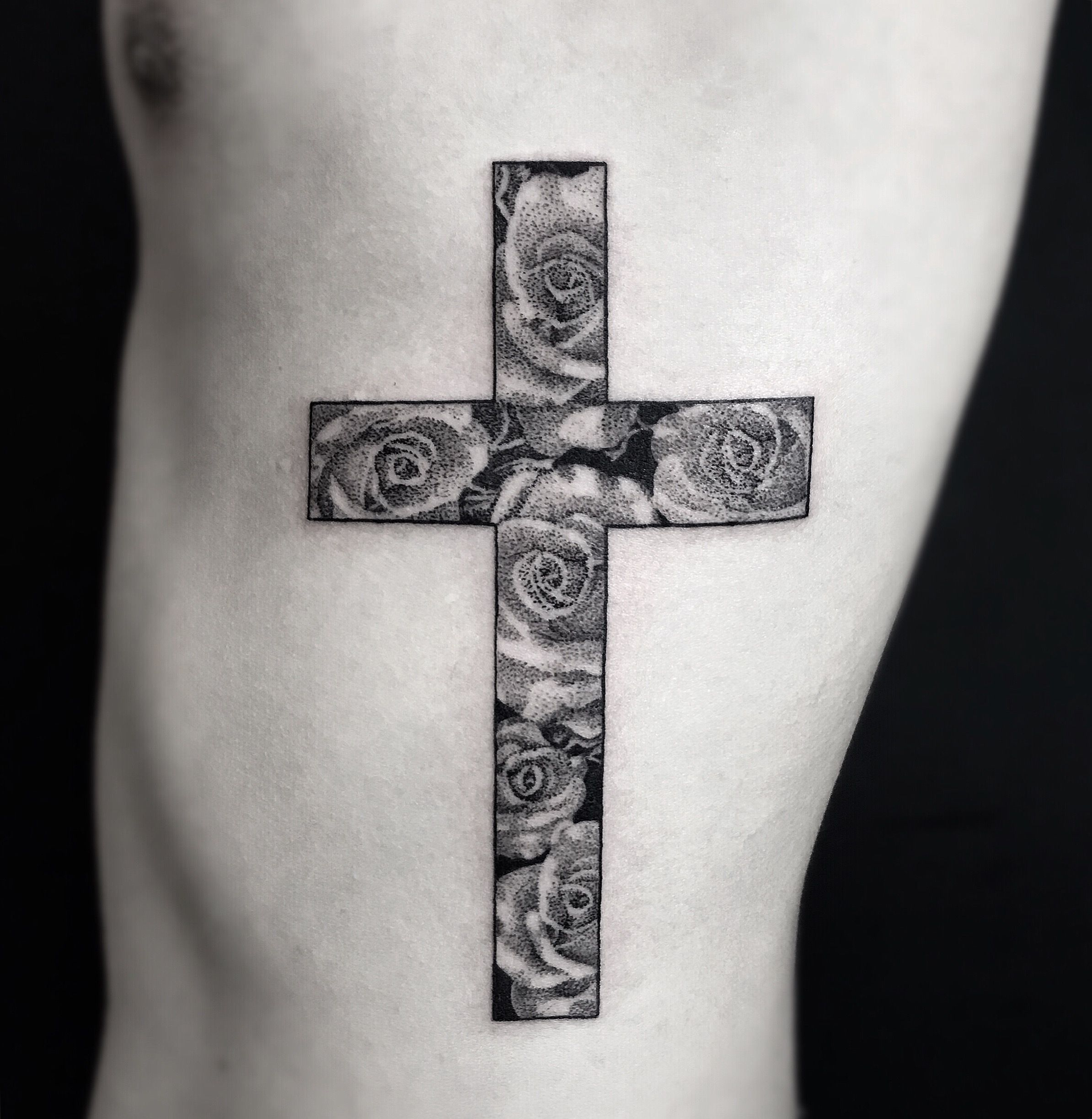Tatuaje de cruz dotwork