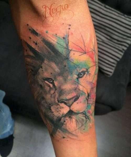 Tatuaje de león diversos colores