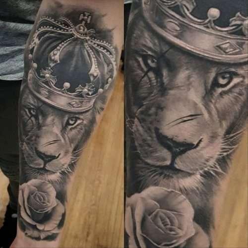 Tatuaje de león, corona y rosa