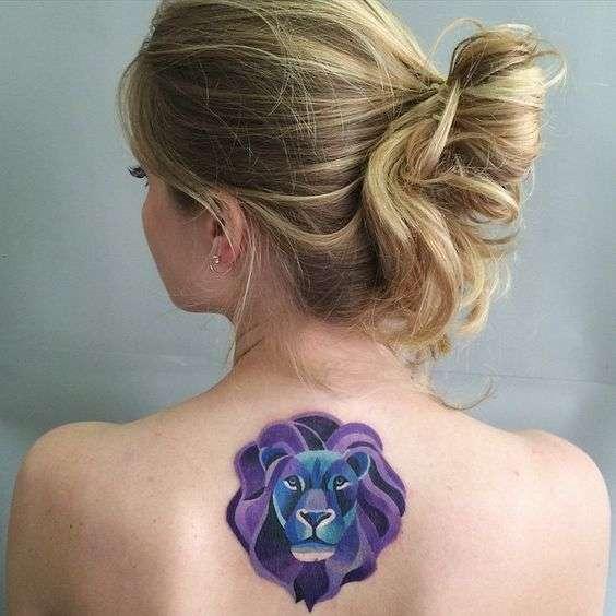Tatuaje de león color violeta
