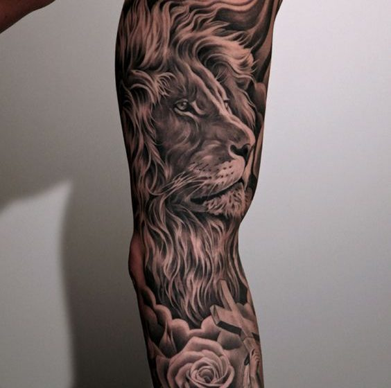 Tatuaje de león, rosa y cruz