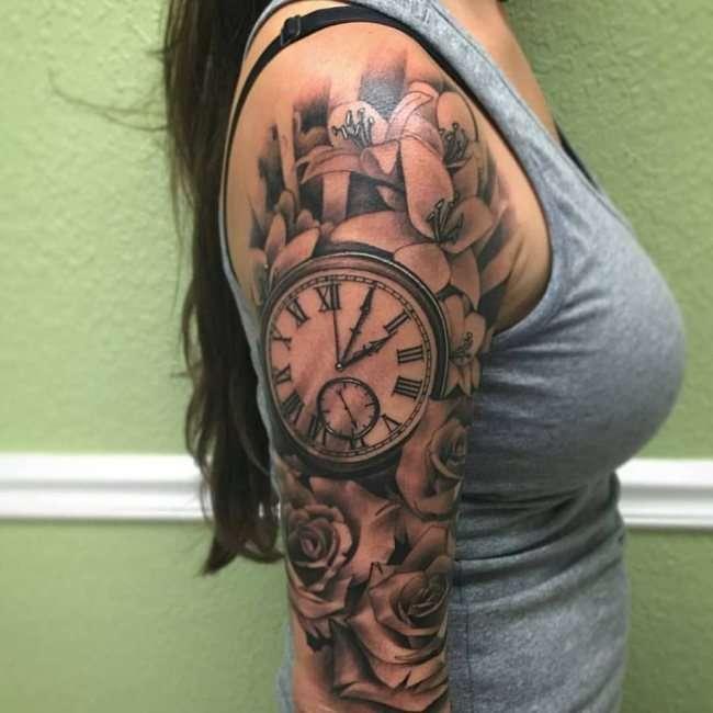 Tatuaje de reloj y flores