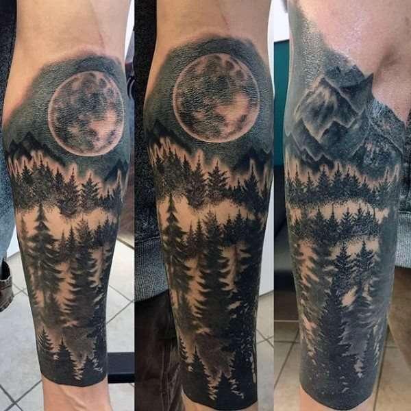 Tatuaje de bosque, luna y montañas
