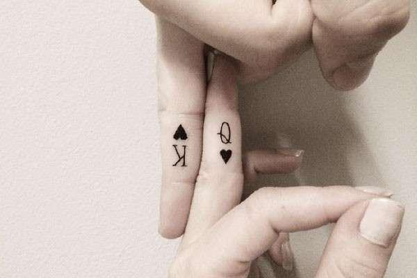 Tatuajes en los dedos: K y Q de corazones