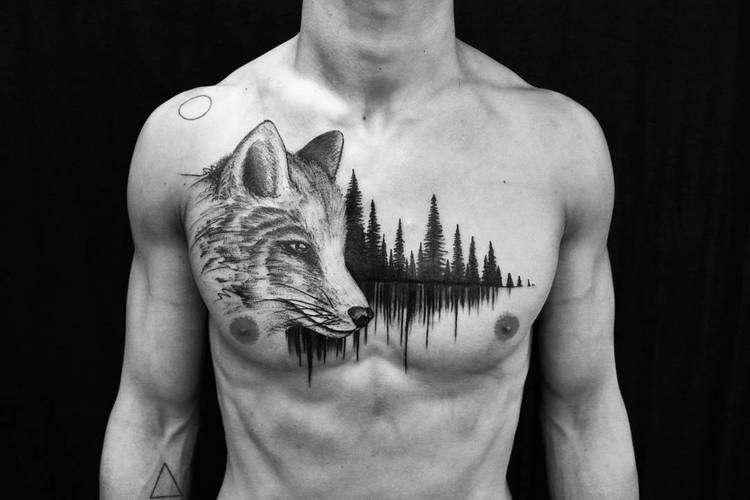 Tatuaje de bosque y lobo en el pecho