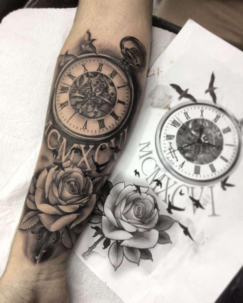 Tatuaje de reloj y rosa