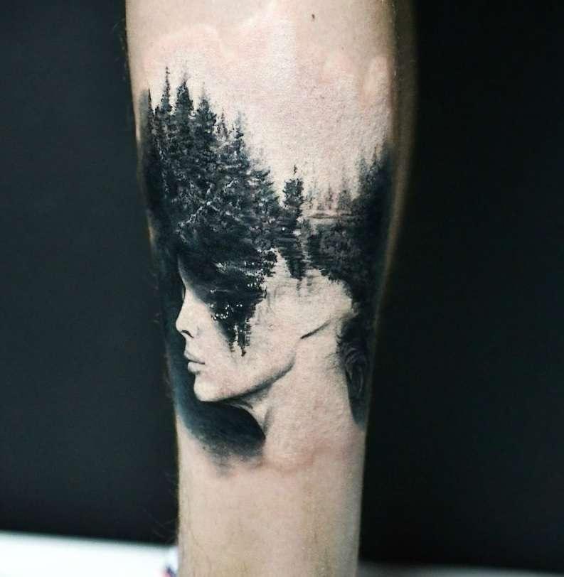 Tatuaje de bosque y mujer