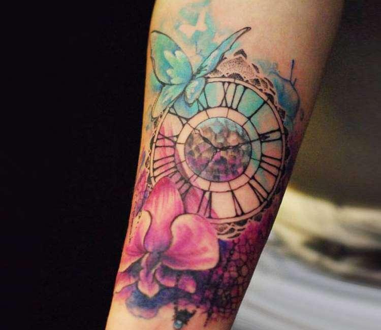 Tatuaje de reloj, mariposa y flor
