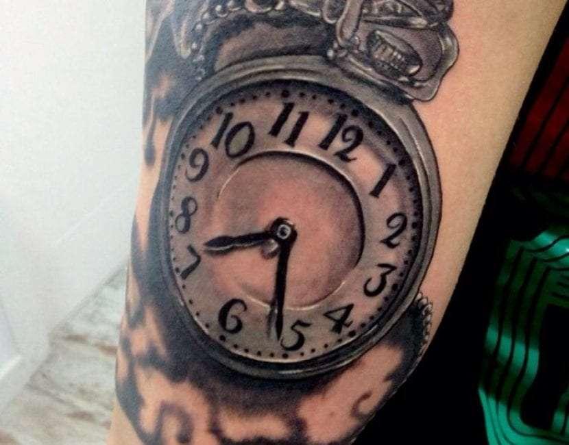 Tatuaje de reloj grande