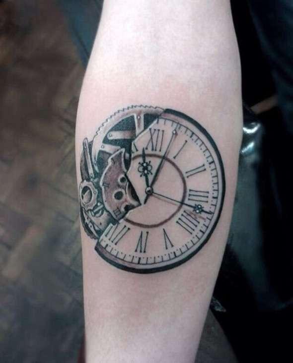 Tatuaje de reloj en el antebrazo
