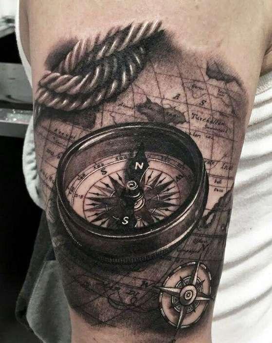 Tatuaje de brújula en el brazo