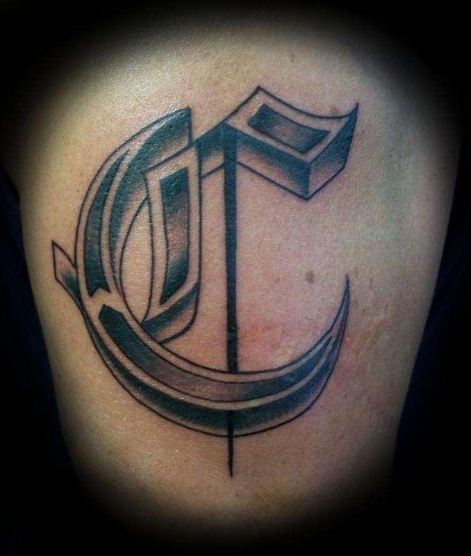 """Tatuaje de letra """"C"""""""